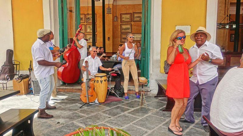 Havanna, Salsa am Plaza Vieja