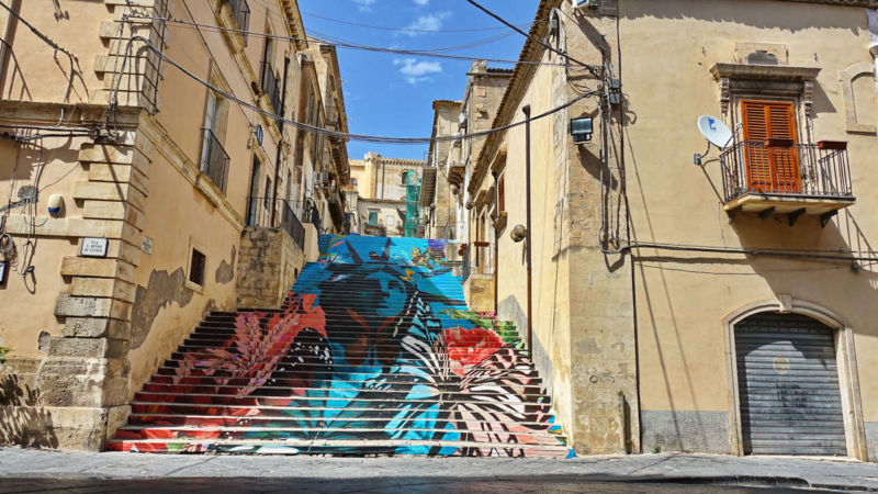 Streetart-Treppe in Noto