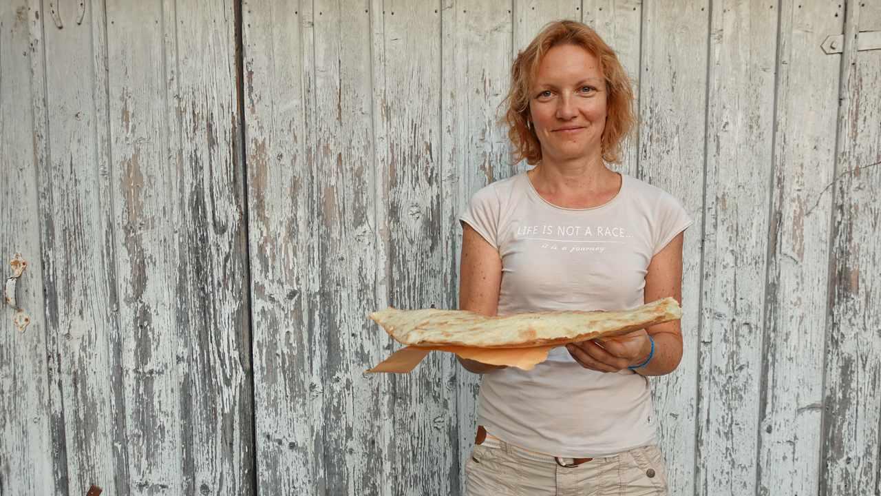 Tanja mit frisch gebackenem Shoti in Achalziche